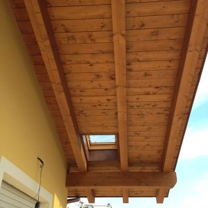 tetto in legno con lucernaio